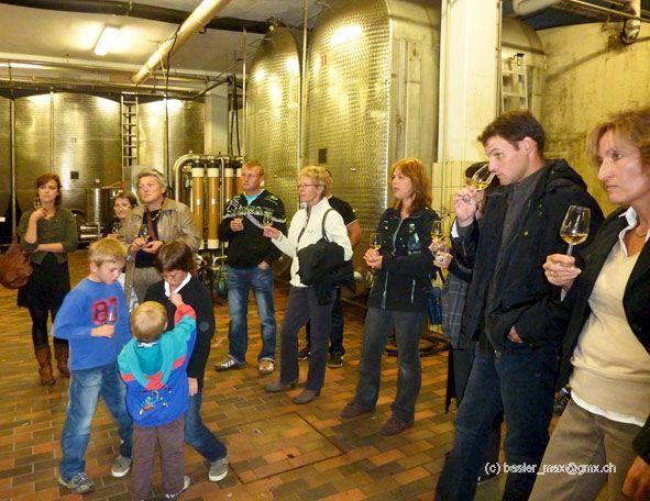 Weinprobe in einem der Kessel-Räume voll mit Wein