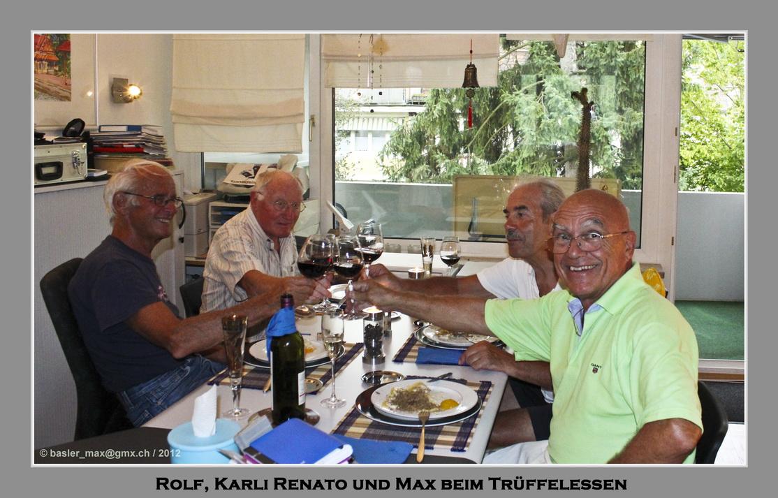 Meine Freunde rund um den Tisch: Rolf, Karli, Renato und Max