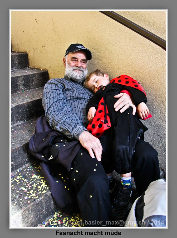 Basler Fasnacht Dienstag: Grossvater mit Enkel