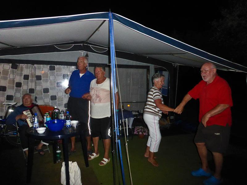 Camping Solaris: Party nach Unwetter Wohnwagen Einweihung