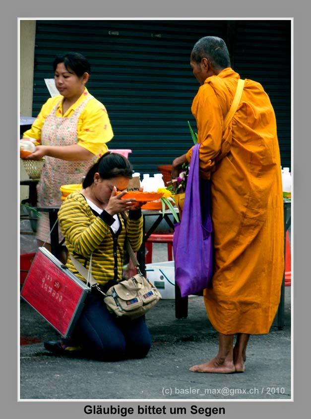 Glaebige bittet um Segen bei Mönch