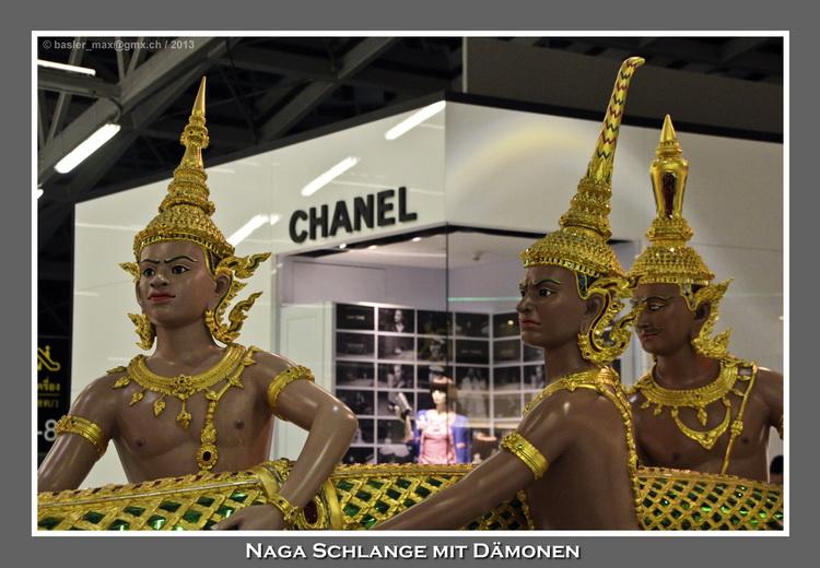 Bangkok Flughafen Suvarnabhumi: Naga Schlange mit Dämonen