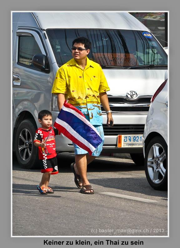 Hua-Hin: 5. Dez. Geburtstag des König Bhumibol: Thai-Kind mit Fahne
