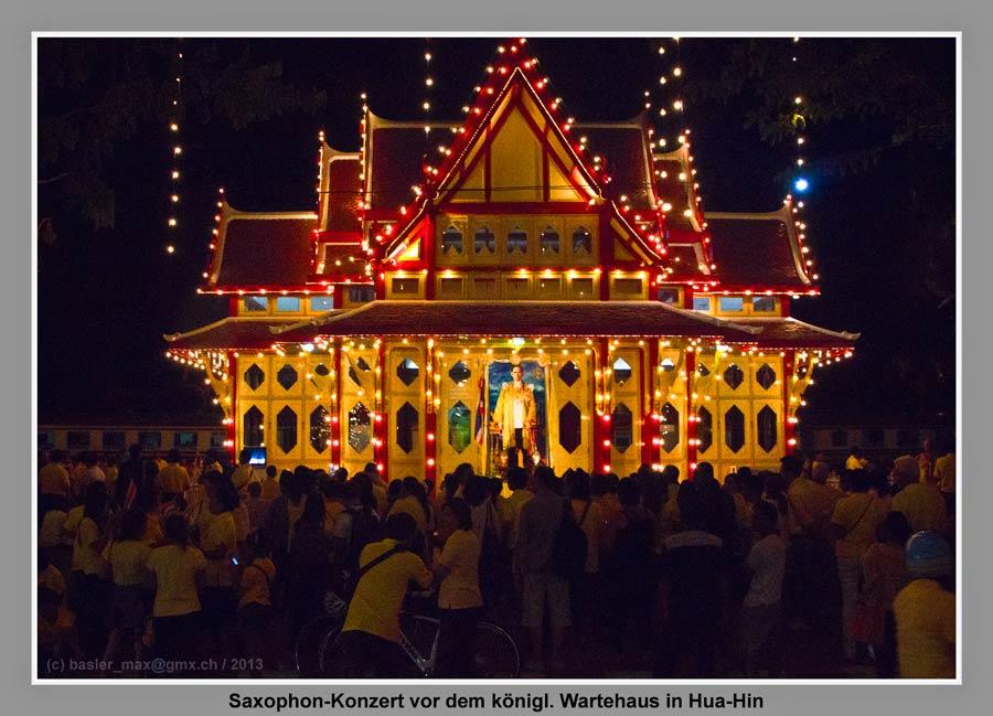 Hua-Hin Bahnhof Wartehaus Nachts: Königs Geburtstag