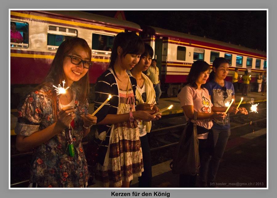 Hua-Hin Bahnhof Wartehaus Nachts: Kerzen für Königs Geburtstag