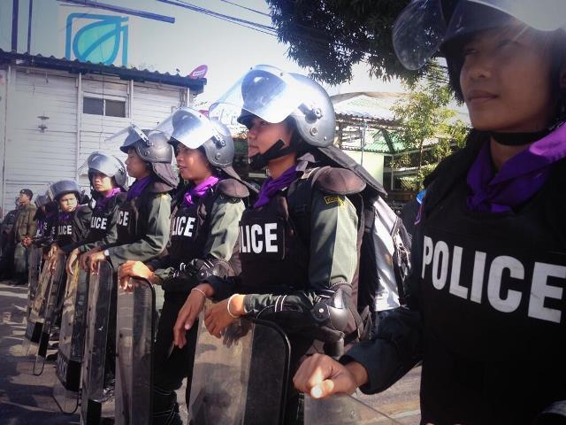 Weibliche Polizistinnen beschützen das Gebäude der Premier-Ministerin.