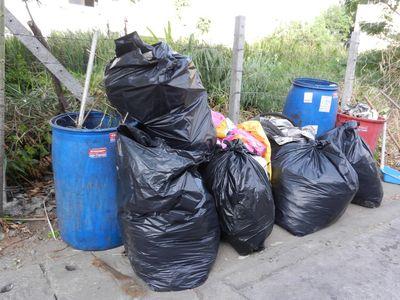 Blaue Abfall-Tonnen