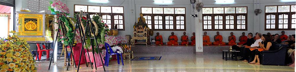 Trauerfeier: Links der Sarkophag und im Hintergrund die Mönche