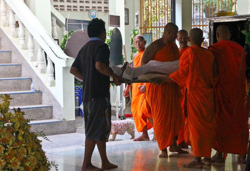 Die Mönche tragen Rene die Treppe hoch ins Krematorium