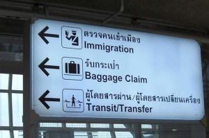 Wegweise am Flughafen Suvarnabhumi in Bangkok